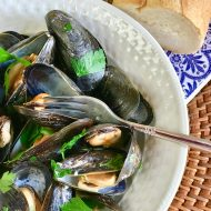 Steamed Mussels in Lemony Garlic Broth