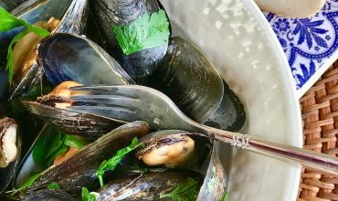 Steamed Mussels in Lemony Garlic Broth